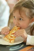 petite fille, manger pizza photo