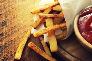 pommes de terre frites avec sauce photo