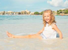 petite fille s'amuser sur les vacances à la plage. place pour le texte. photo