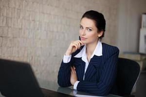 portrait, confiant, femme affaires, bureau photo