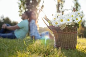 joli jeune couple d'amoureux sort dans la nature photo