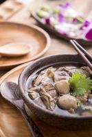 soupe de nouilles de boeuf, gros plan d'un bol en bois photo