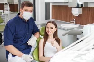 belle jeune fille rend visite à son médecin dentaire photo