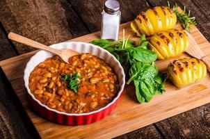 haricots de cowboy épicés avec pommes de terre sans tracas aux herbes