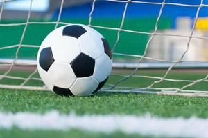 ballon de football contre le filet de but photo