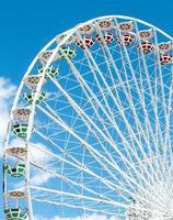 grande roue contre le ciel bleu