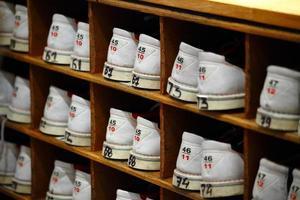 chaussures de bowling lors d'une soirée de consolidation d'équipe d'entreprise photo