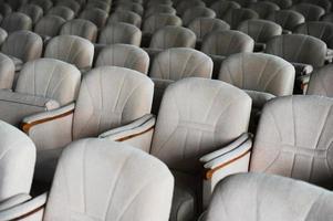 fauteuils vides en velours beige photo