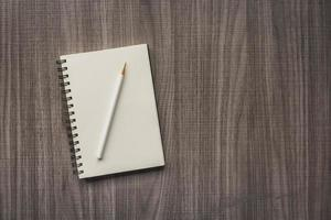 crayon blanc avec cahier vierge photo