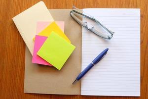 carnet de notes sur table en bois photo