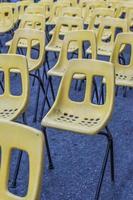 siège jaune dans la rue comme conférence de rue photo
