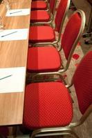 Chaises métalliques rouges d'une salle de conférence photo