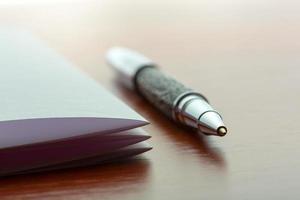 stylo et feuille de papier photo