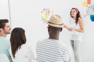 femme affaires, donner, présentation, devant, groupe photo