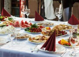 magnifiquement table de banquet avec de la nourriture photo