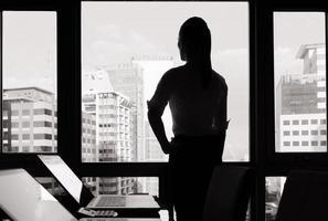 femme affaires, regarder, par, fenêtre