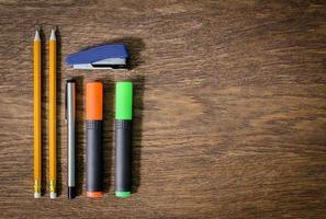 papier et crayons sur la table en bois. fermer. photo