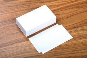 cartes de visite vierges sur un fond en bois photo