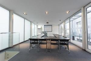 intérieur de la salle de conférence lumineuse moderne photo