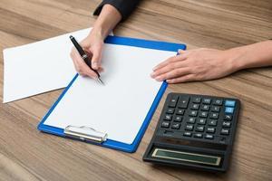 mains de femme d'affaires lors de l'écriture photo