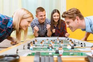 amis heureux, jouer au hockey sur table photo