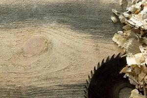outils de menuisier sur table en bois avec de la sciure. vue de dessus du lieu de travail photo