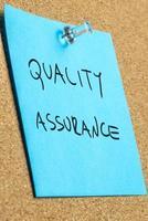 qualité et assurance écrites sur note bleue photo
