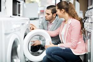 couple famille heureuse, acheter une nouvelle laveuse photo