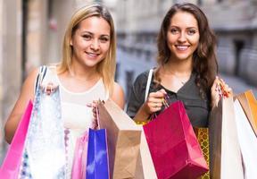 deux, jeunes femmes, tenue, sacs provisions photo