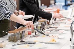jeunes collègues manger au déjeuner d'affaires photo