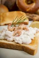 pain grillé avec salade de crevettes, aneth et citron