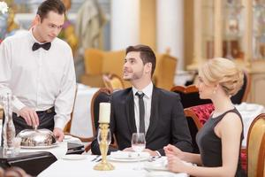 couple attrayant visitant un restaurant de luxe photo