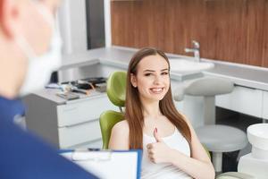 jolie jeune femme rend visite à son médecin dentaire photo