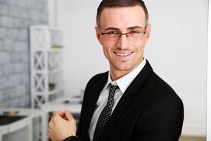 homme affaires, lunettes, debout photo