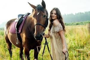 jolie femme avec des chevaux photo