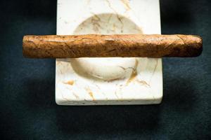 cigare cubain dans un plateau en frêne de marbre photo
