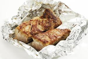 filet de porc rôti en papier d'aluminium photo