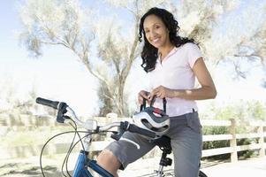 femme américaine africaine, séance cycle, à, casque dans main photo
