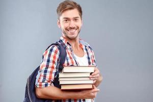 étudiant positif tenant des livres photo