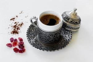 café turc dans une tasse en cuivre photo