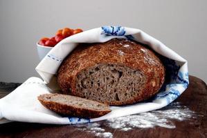 pain maison fraîchement sorti du four photo