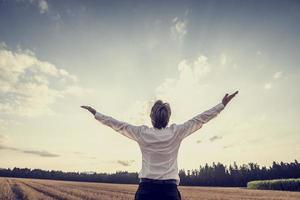 Image rétro victorieux jeune homme d'affaires célébrant son succ photo
