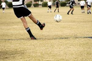 coup de pied de football photo