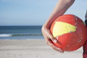 plage de ballon de football photo