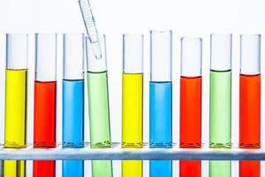 pipette de laboratoire avec goutte de liquide sur des tubes à essai photo