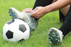 joueur de football, pied de l'homme sur le ballon