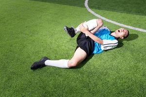 joueur de football a un accident de blessure de douleur sur un match de football photo