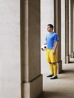 joueur football, tenue, balle, dans, portique photo
