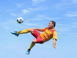 joueur de football acrobatique