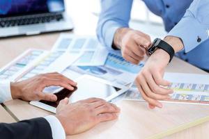le temps de se lancer en affaires. homme d'affaires confiant pointant sur son photo